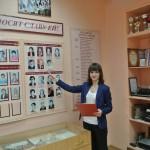 Экскурсию по школьному музею проводит В. Гущина