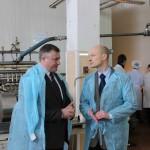 И.о. главы администрации А.И. Крупин беседует с директром предприятия А.Н. Стуловым