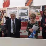 В школьном музее у стендов выставки, посвященной А.В. Бекасову