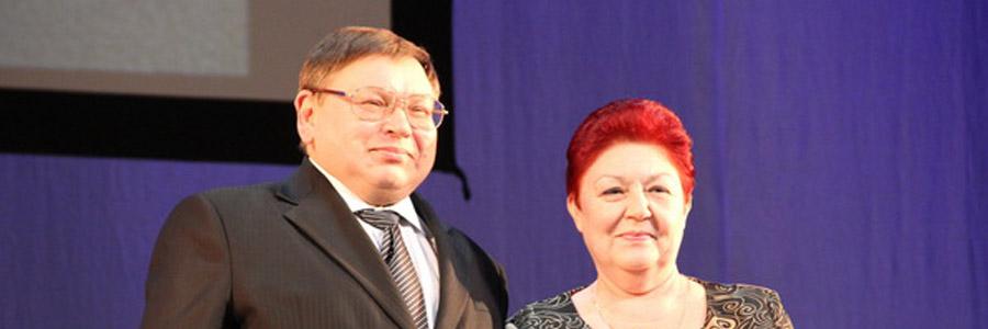"""Премию """"Женщина года"""" Л.И. Тумановой вручает губернатор П.А. Коньков."""