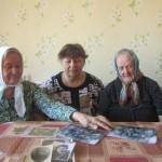 В.М. Маркус, Ю.А. Маркус и Г.М. Ионова показывают корреспонденту «ПП» семейные фотографии.