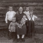 Вдова А.Н. Железова с детьми. На руках – Галина Железова