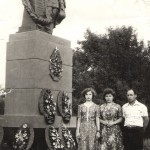 Г.П. Железова с мужем и внучкой у братской могилы на хуторе Паньшино под Волгоградом