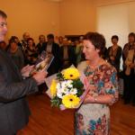 Руководитель администрации Кинешмы А.И.Крупин вручает Почетную грамоту старшему научному сотруднику музея Е.Г.Каракуловой.