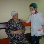 Медицинская сестра Р.М.Аскерова с пациенткой Л.Н.Горшковой