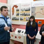 Руководитель школьного музея имени А.М.Василевского А.В.Смирнов знакомит с новой экспозицией.