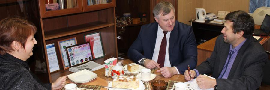 А.И.Крупин (в центре) в гостях у журналистов «Приволжской правды».