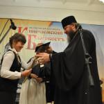 Владыка Иларион вручает награду учащейся школы №6 Кате Алабиной.