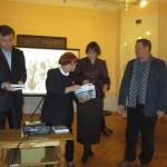 Первые экземпляры книги – спонсорам. Справа – предприниматель И.Ю. Голубев.