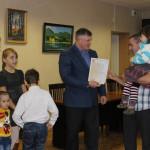 Долгожданный сертификат получает семья Соломко.