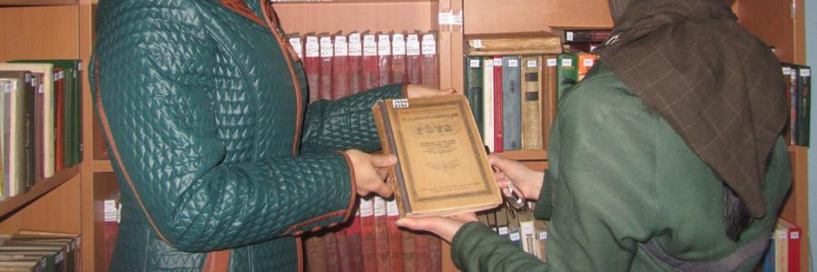 Заведующая библиотекой колонии осужденная Наталья (справа) показывает сотруднику Центральной библиотеки О.Н.Малиновской редкие книги.
