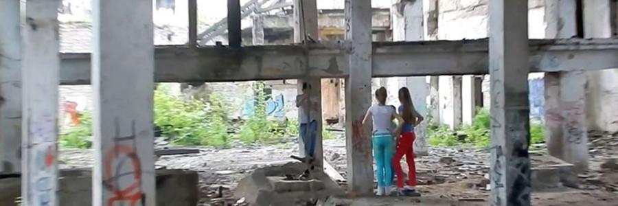 Кадры из фильма. Разрушенное здание лесозавода - место обитания подростков.