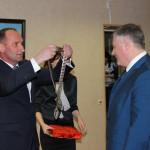 Председатель городской Думы М.А. Батин вручает А.И. Крупину медаль городского головы Кинешмы.