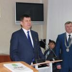 Главу города поздравляет председатель областной Думы В.В. Смирнов.