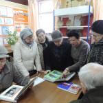 Л.К.Смирнова знакомит гостей с материалами музея боевой и трудовой славы поликоровцев.