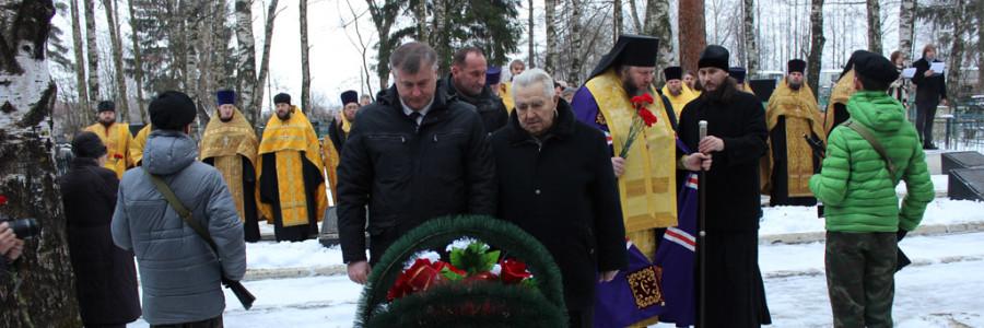 Глава Кинешмы А.И.Крупин и ветеран войны А.В.Перевозчиков возложили цветы к памятному знаку.