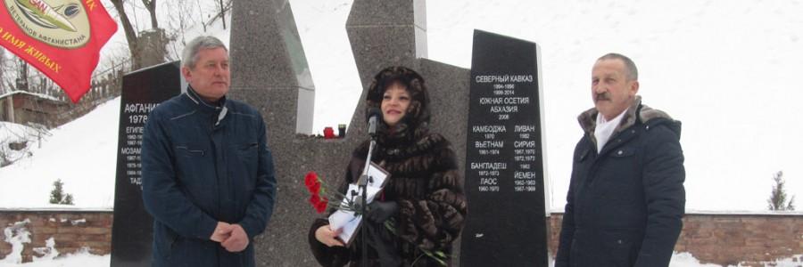 Депутат областной Думы И.А. Виноградова вручила Почетную грамоту регионального парламента С.Л. Сироткину за активную работу в общественной организации ветеранов Афганистана.
