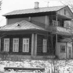 Недалеко от бывшей усадьбы находилась школа, которая и в советское время называлась Аннинской. Построена она была в конце XIX века. Сегодня это, пожалуй, единственное деревянное дореволюционное здание школы, сохранившееся в Заволжском районе.