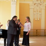 Председатель жюри фестиваля заслуженный работник культуры России, профессор Е.Н. Бобров вручает Е.Е.Каплуновой в качестве приза камертон.