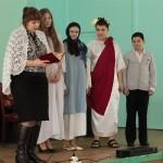 Учащиеся школы №8 представили театрализованную историю Марии Магдалины.