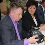 И.о. главы Кинешмы И.Ю.Клюхина и зам. главы администрации А.Г.Волков знакомятся с образцами продукции ООО «Техоснастка».