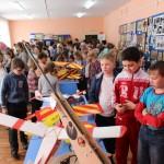 Мальчишек на выставке больше привлекают авиамодели.