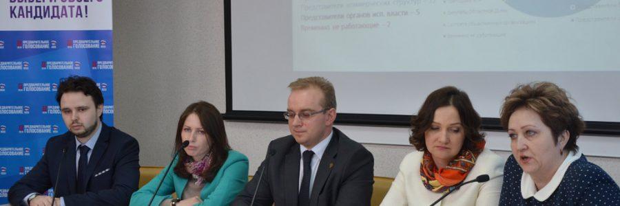 Председатель регионального оргкомитета народных выборов Михаил Кизеев и кандидаты народного голосования проводят пресс-конференцию.