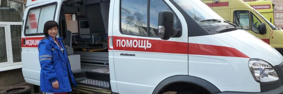Фельдшер М.М.Ракова возле новой кареты «Скорой помощи».