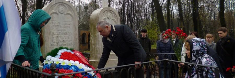 Возложение цветов к могилам Невельских.