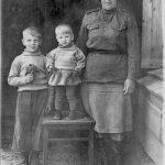 А.Е.Шашкова с детьми Володей и Галей. 1947 год.