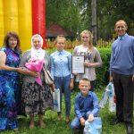 Член Общественной палаты Ивановской области В.В.Уточкина (слева) и семья Завьяловых - победители в номинации «Приемная семья».
