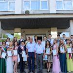 Руководители Кинешмы А.В.Пахолков и М.А.Батин с выпускниками-медалистами