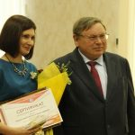 Губернатор П.А.Коньков поздравляет победителя областного этапа конкурса «Учитель года» Н.В.Мелкумову. Май 2016 года.