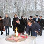 Цветы к Вечному огню возлагают зам. главы Кинешмы А.Д.Юрышев и председатель городской Думы М.А.Батин.