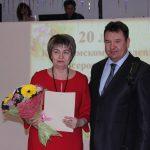 Руководитель Кинешмы А.В.Пахолков поздравляет председателя городского совета женщин С.А.Якореву.