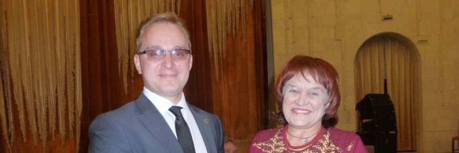 М.В.Кизеев вручает Благодарственное письмо председателю кинешемской ВОИ Н.В.Галановой.