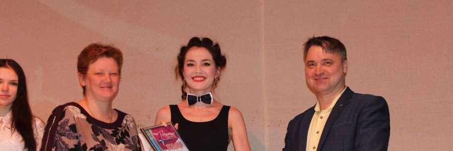 И.Г.Матакова и А.В.Фурсаев вручают награду актрисе драматического театра имени А.Н.Островского Элине Манаповой