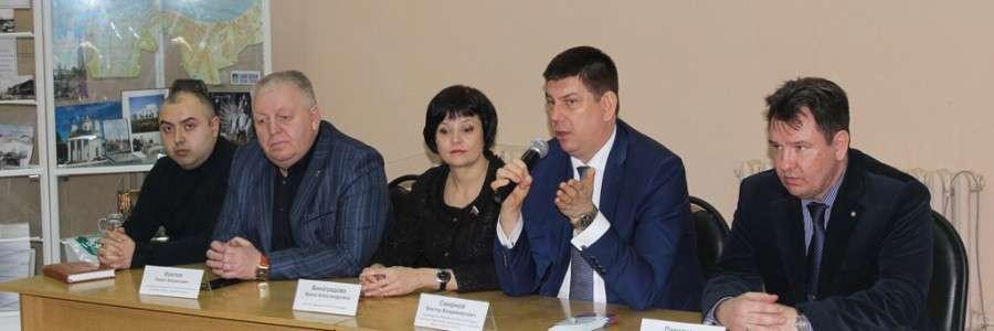 Председатель областной Думы В.В.Смирнов (справа) на презентации волонтерского проекта.