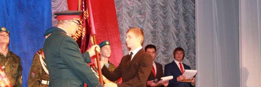 Копию знамени 212-го Томашувского полка вручает ветеран войны О.Г.Новиков.