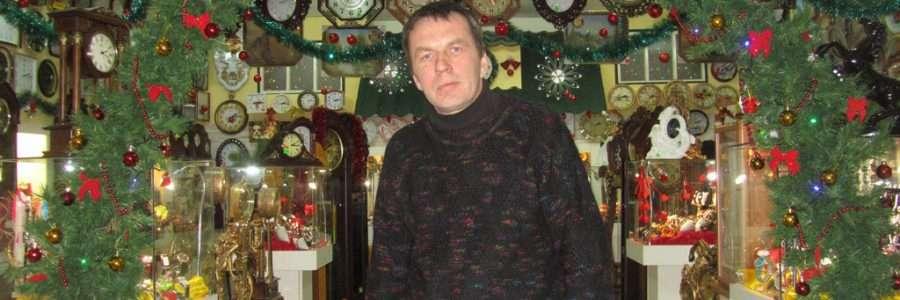 Владимир Березкин приветливо встречает каждого покупателя.