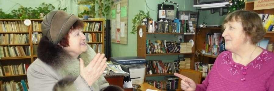 С.Н. Купцова и заведующая библиотекой №9 Е.А. Тырченкова обсуждают свежий номер «Приволжанки».