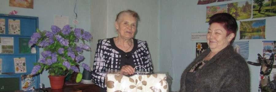 Председатель совета женщин Кинешемского района Л.И.Туманова (справа) поздравляет З.А.Ватрасову.