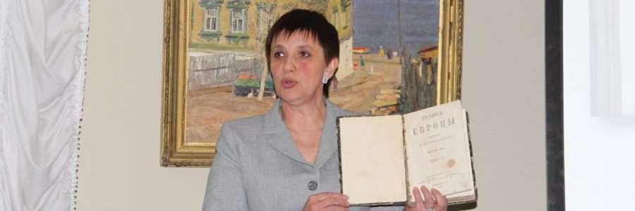 Директор Заволжского музея С.Касаткина демонстрирует первое издание перевода «Виргинии».
