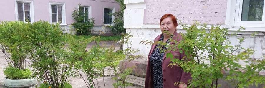 В.Н.Лебедева у дома №9 по улице Макарова, где наведен образцовый порядок.