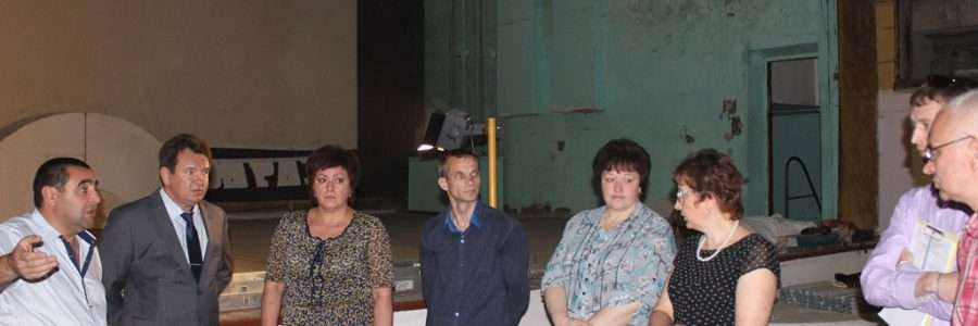 Руководитель Кинешмы А.В.Пахолков обсуждает вопросы ремонта зрительного зала в клубе «Октябрь».