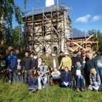 Участники православного субботника возле храма в Совках.