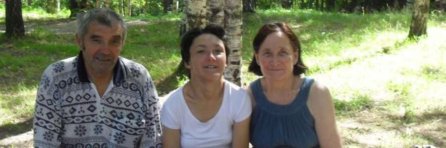 Альбина Хафизова с мамой и папой на прогулке в парке.