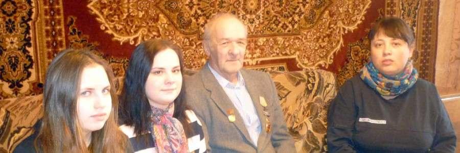 Учащиеся Любовь Двойникова и Юлия Смирнова со своим классным руководителем О.Ю.Щербининой посетили ветерана завода Валерия Геннадьевича Грибкова и записали его воспоминания.