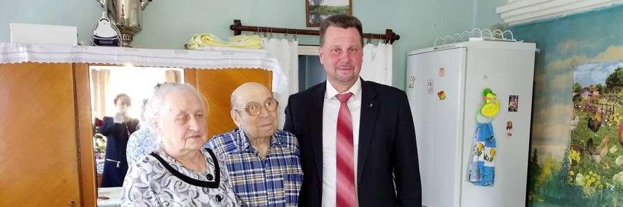 Сергей Мазалов поздравляет Владимира Евгеньевича Каштанова и его супругу.
