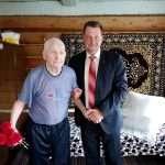 Сергей Мазалов поздравляет Якова Николаевича Орлова. В феврале ветерану исполнилось сто лет.